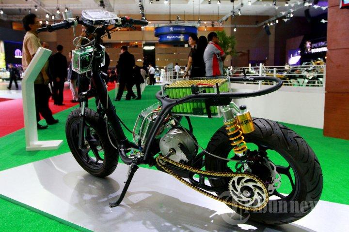 sepeda-motor-listrik-di-pameran-iims-2015_20150819_215449